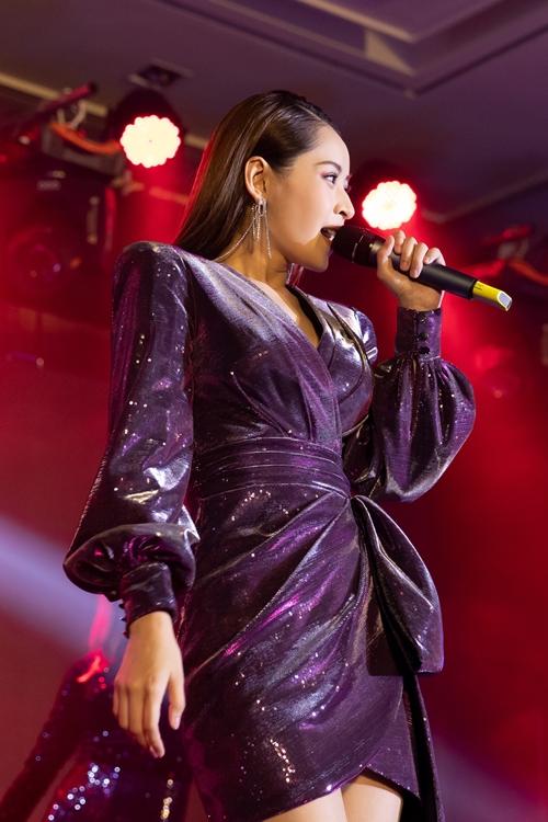 Nữ ca sĩ mang đến hai ca khúc hit thời gian qua của mình là Mời anh vào tim em và Đóa hoa hồng.