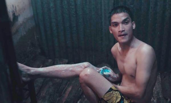 Cảnh tắm của Mạc Văn Khoa trong phim.