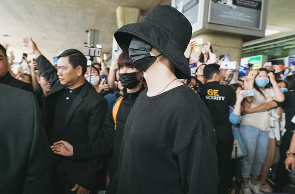 Super Junior trùm kín mít làm loạn ở sân bay Tân Sơn Nhất - 2