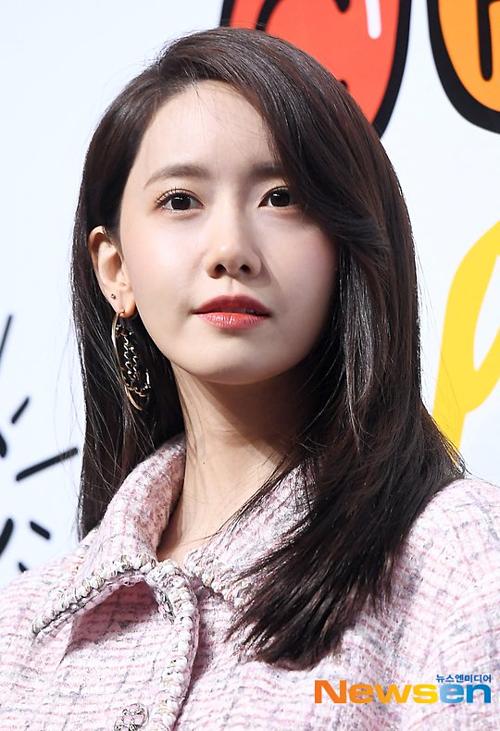 Những bức ảnh chụp cận mặt chưa qua chỉnh sửa của phóng viên không hề làm khó Yoon Ah. Với lần lộ diện này, cô nàng cũng đập tan tin đồn phẫu thuật thẩm mỹ.
