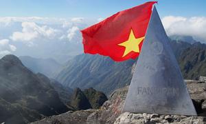 Cột mốc đỉnh Fansipan bị khắc chữ 'Tú love Nhung'