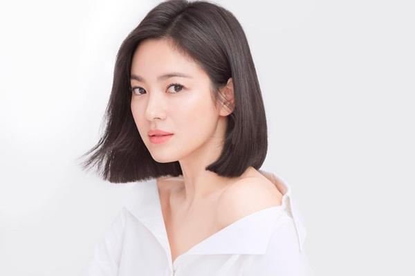 Song Hye Kyo khoe vẻ đẹp không tuổi với mái tóc ngắn.