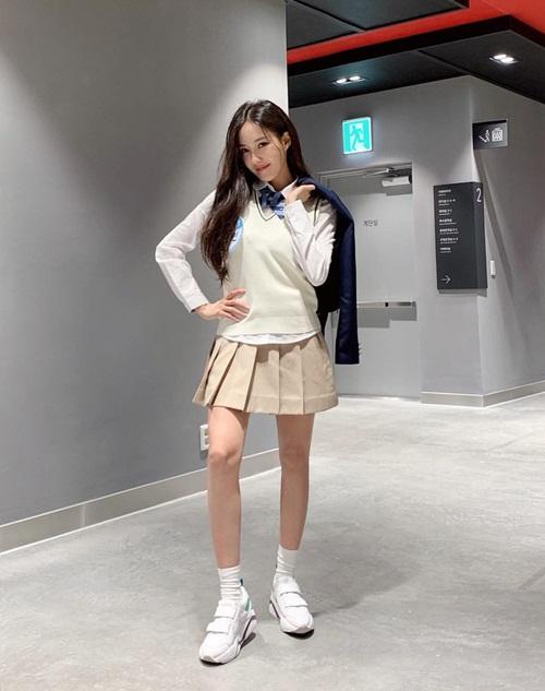 Hyo Min nhí nhảnh trong bộ đồng phục nữ sinh khi ghi hình show Knowing Bros.