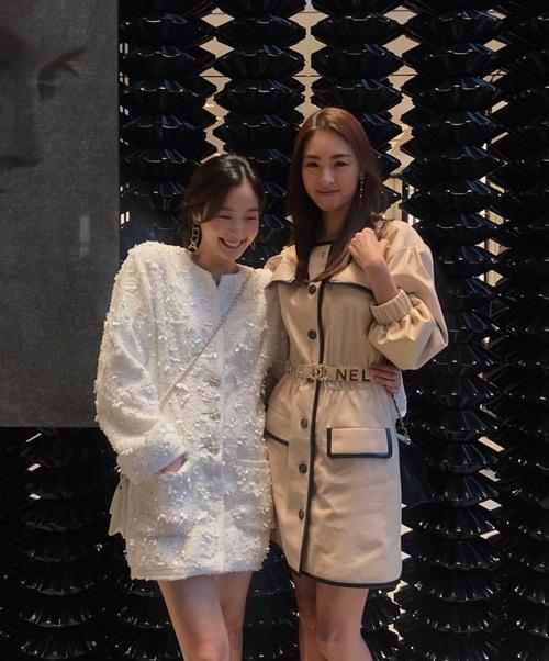 Kim Go Eun cười tít mắt khi hội ngộ Lee Yeon Hee trong sự kiện của Chanel.