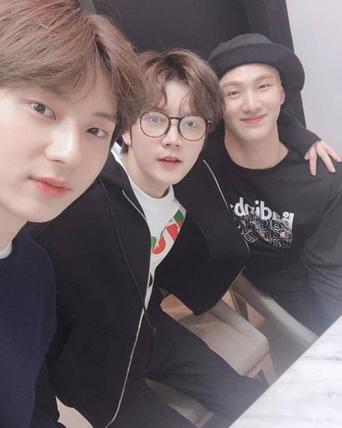 Min Hyun, Ren và Baek Ho (NUEST) vui vẻ chụp tự sướng khi đi sự kiện cùng nhau.