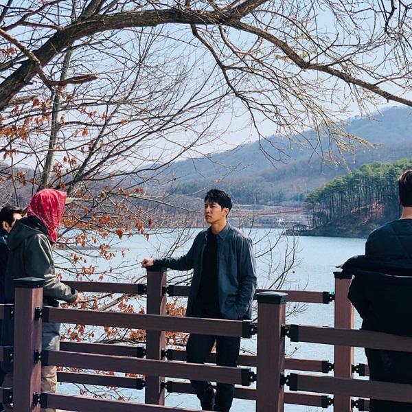 Đang bận đóng phim nhưng Lee Seung Gi vẫn tranh thủ tạo dáng chụp hình so deep.