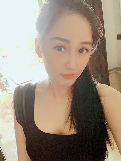 Mai Phương Thúy chụp ảnh thả thính trên mạng xã hội. Cô viết: Bỏ cả thế giới để yêu anh....