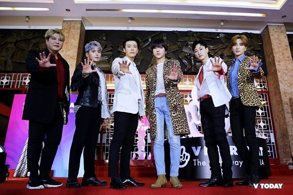 Sự kiện thảm đỏ của chương trình V Heartbeat tháng 3 diễn ra tại nhà hát Hòa Bình với sự tham gia của các ông hoàng Hallyu - Super Junior. Họ đến Việt Nam từ trưa cùng ngày, nhanh chóng bước vào tổng duyệt để kịp xuất hiện trước fan Việt. Sự xuất hiện của các chàng trai khiến không khí như vỡ òa. Fan phủ xanh phía ngoài khu vực nhà hát để chào đón nhóm nhạc.