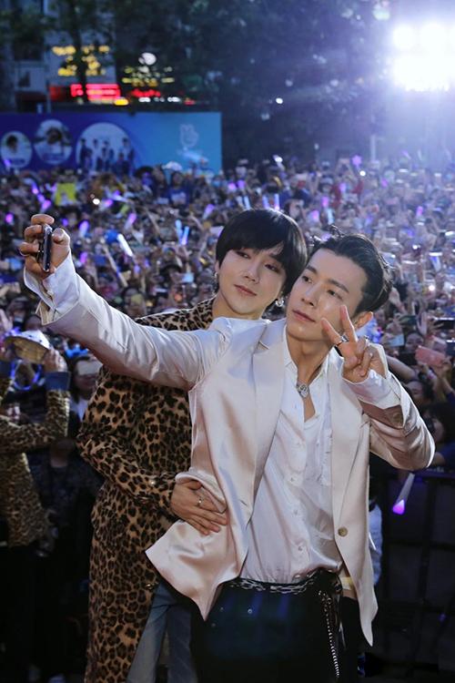 Yesung và Donghae cùng selfie với fan.