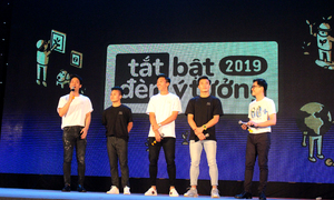 Cầu thủ Việt cổ vũ 'Tắt đèn, bật ý tưởng'