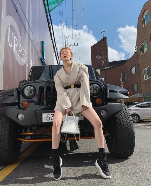 Hyun Ah diện đồ Chanel tạo dáng sang chảnh khoe chân thon dài.