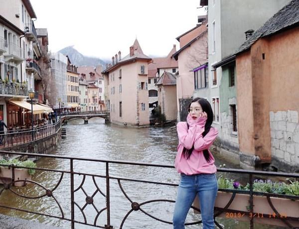 Irene chia sẻ ảnh du lịch từ hồi đầu tháng 3. Trưởng nhóm Red Velvet ôm má làm biểu cảm