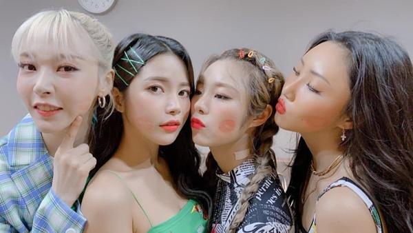 Các cô gái Mamamoo tặng nhau những nụ hôn ngọt ngào in dấu son lên má.