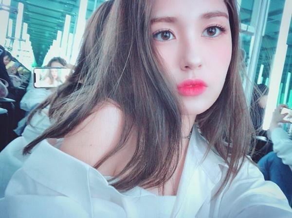 Jeon Somi kéo trễ áo khoe vai trần quyến rũ trong buổi chụp hình.