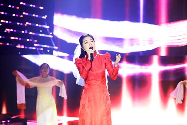 Dương Cẩm Lynh không giấu được sựxúc động khi hát.