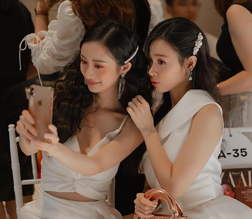 Midu và Jun Vũ thân thiết khi dự sự kiện.