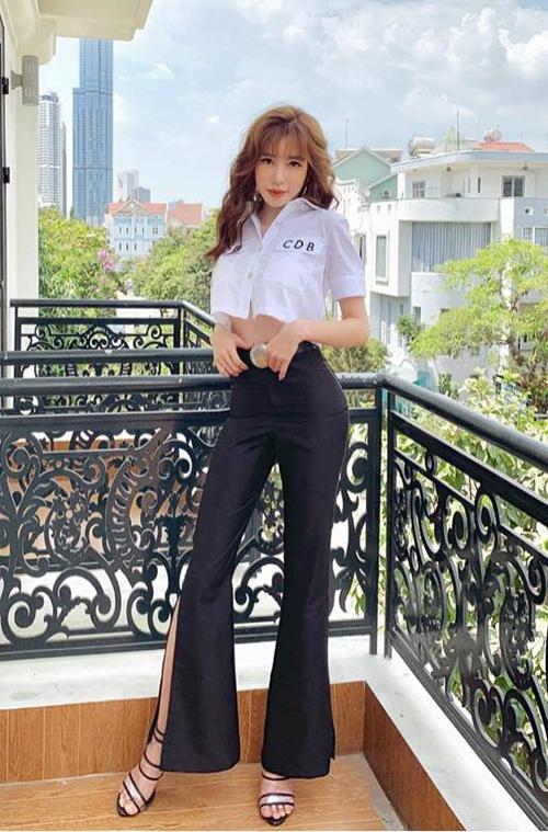 Style đi học khó tin của Elly Trần khi khoe chân dài, eo thon hút mắt.