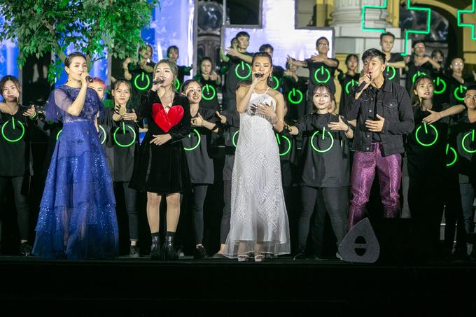 <p> Các ca sĩ cùng hòa giọng trên sân khấu.</p>