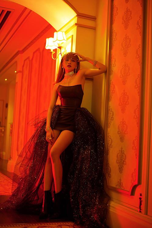 Trong MV, Thiều Bảo Trâm xuất hiện với hình ảnh đầy cá tính, gợi cảm qua 10 bộ trang phục.
