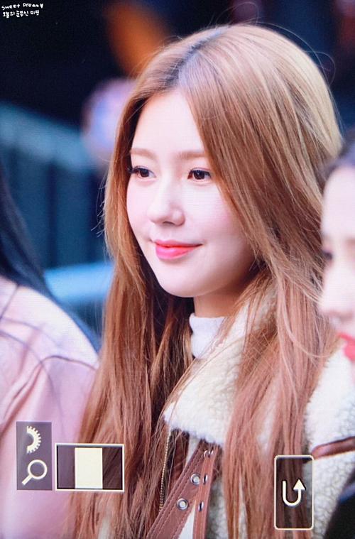 Tuy nhiên, nhiều fan cũng chỉ ra khuyết điểm của Mi Yeon khiến cô chưa thể bật lên hàng top nữ idol Kpop dù hội tụ tài năng lẫn nhan sắc. Mi Yeon thiếu sự tự tinmỗi lần đứng trên sân khấu, biểu cảm thần thái trên gương mặt cũng không quá đa dạng. Chính vì vậy, cô luôn bị các thành viên cá tính khác trong đội hình (G)I-DLE lấn át.