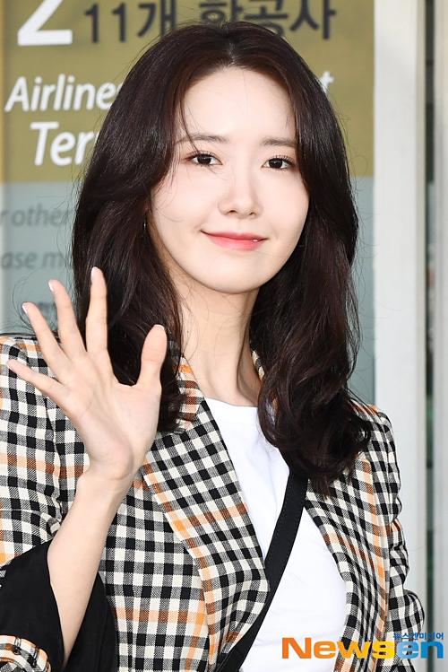 Ngày 29/3,Yoon Ah có mặt ở sân bay Incheon trên đường sang Singapore dự fan meeting. Gần đây, thành viên SNSD vướng tin đồn dao kéo nên sự xuất hiện của cô được đông đảo netizen chú ý.