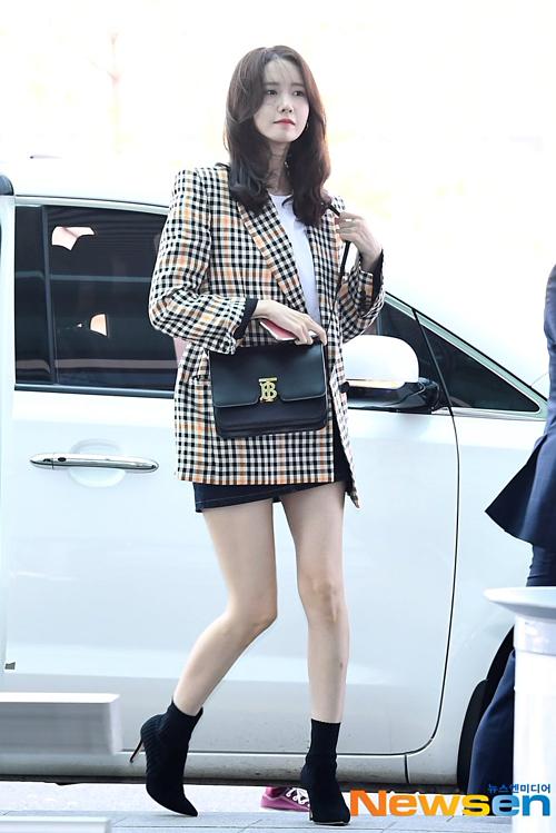 Trái với gương mặt đơ cứng trên sóng truyền hình, Yoon Ah cho thấy nhan sắc cô vẫn