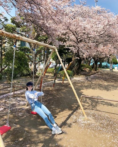 Kang Min Kyung đắm mình trong không khí mùa xuân dưới hàng hoa anh đào lãng mạn.