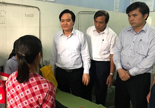 Bộ trưởng Phùng Xuân Nhạ thăm hỏi nữ sinh bị đánh sáng 31/3. Ảnh: Dương Tâm