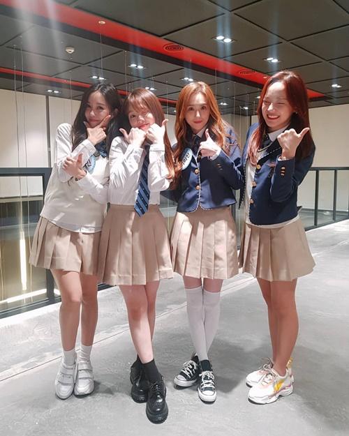 Hyo Min, Seung Hee (Oh My Girl), Lee Hee Jin (Baby VOX) và Se Jeong (Gugudan) diện đồng phục nữ sinh tươi tắn ghi hình Knowing Bros.