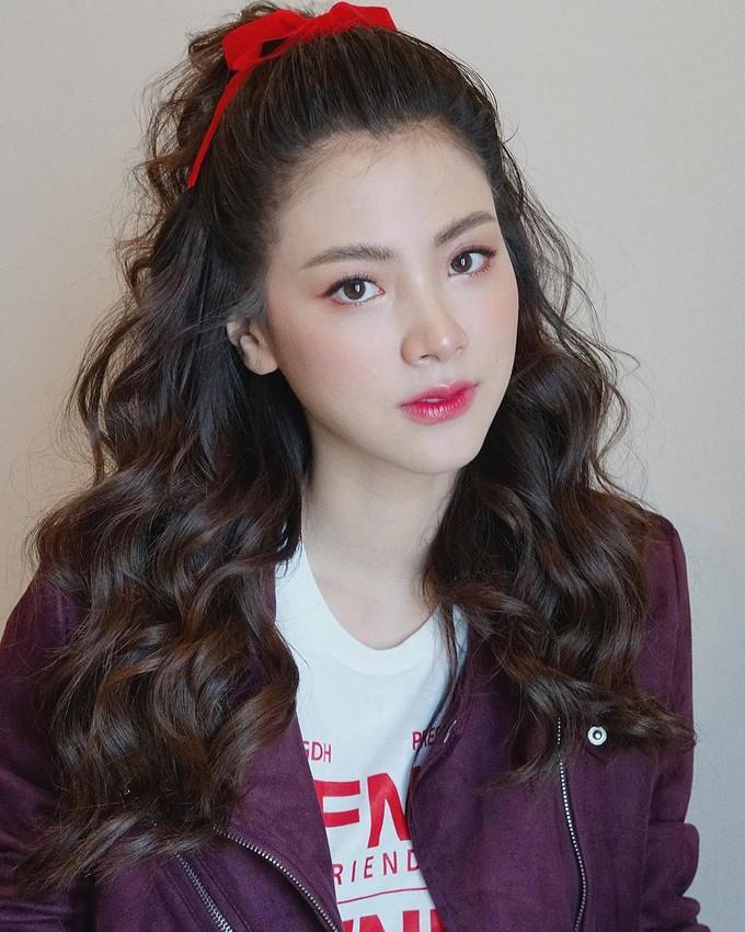 """<p> Baifern Pimchanok tên thật là Pimchanok Leuwisedpaiboon, sinh ngày 30/9/1992. Cô được khán giả Việt biết đến và yêu mến qua vai diễnGink trong """"Friend Zone"""" (Yêu nhầm bạn thân). Nhan sắc ngọt ngào, đáng yêu củaBaifern hút fan ngay từ thời điểm công chiếu.</p>"""