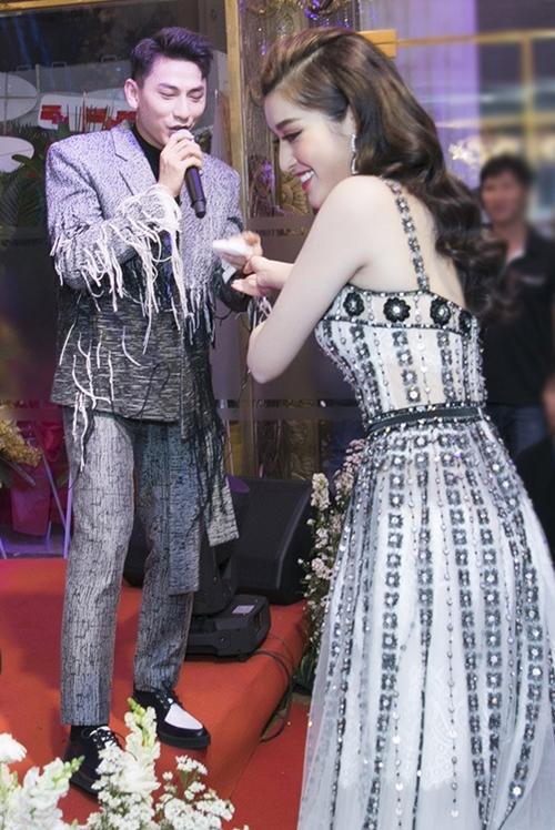 Sự kiện còn có sự tham dự của nhiều ca sĩ. Isaac khuấy động sân khấu bằng những bản hit. Anh còn nhiệt tình kéo Huyền My lên sân khấu quẩy chung khiến cô nàng ngượng ngùng.