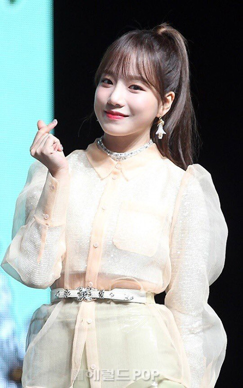 Jo Yuri nhí nhảnh bắn tim ở buổi họp báo.
