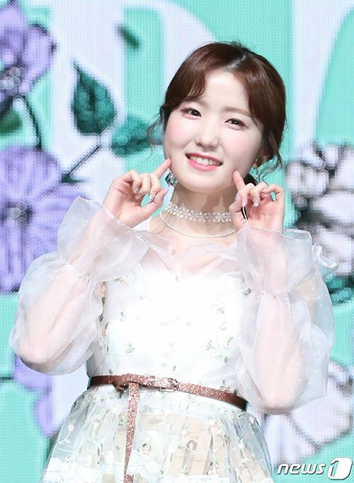 Idol người Nhật Hitomi sở hữu cặp má bánh bao cute hết cỡ. Khả năng tiếng Hàn của cô nàng ngày càng tốt nhờ việc nói chuyện thường xuyên với các thành viên cùng nhóm.