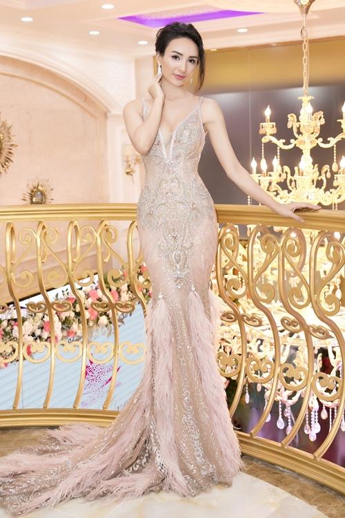 Hoa hậu Du lịch Ngọc Diễm lộng lẫy với đầm ôm sát, xuyên thấu làm MC của sự kiện.
