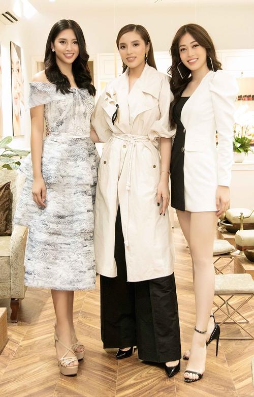Hoa hậu Tiểu Vy, Á hậu Phương Nga có mặt từ sớm để chúc mừng Kỳ Duyên.