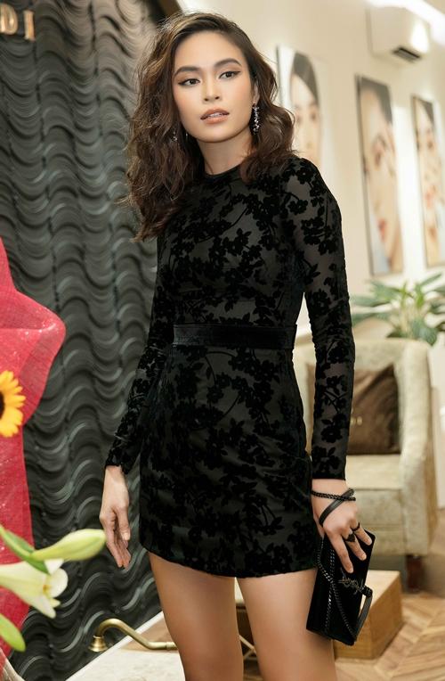 Mâu Thủy diện váy đen ôm sát tới chúc mừng Kỳ Duyên.
