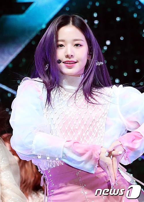 Center Jang Won Young nhuộm màu tóc tím - tông màu chủ đạo trong đợt comeback lần này. Netizen trầm trồ trước nhan sắc cân mọi tạo hình của nữ idol sinh năm 2004