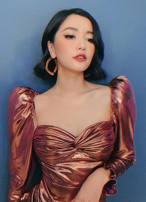 Kiểu áo váy cổ vuông này rất phù hợp với vẻ đẹp khá cổ điển của Bích Phương.