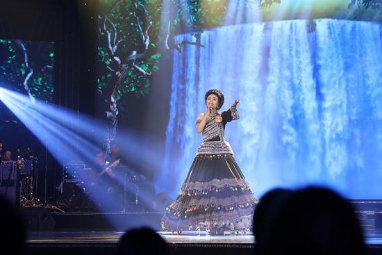 Lương Hải Yến dẫn đầu dòng nhạc Thính phòng.