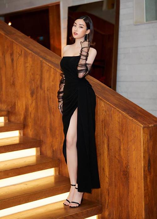 Tham dự sự kiện thời trang mới đây, Mỹ Linh diện bộ váy quây ôm sát, xẻ tà cao. Trang phục giúp Hoa hậu khoe vòng eo thon và vòng ba gợi cảm.