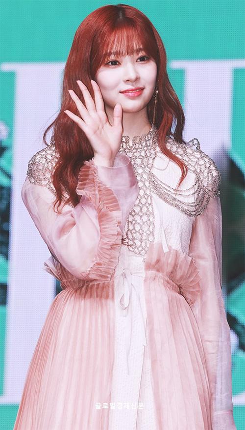 Nhan sắc của Kim Min Ju tỏa sáng trong MV. Cô nàng mới cắt tóc mái