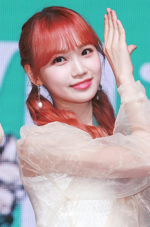Kim Chae Won nhí nhảnh với kiểu tóc buộc hai bên.