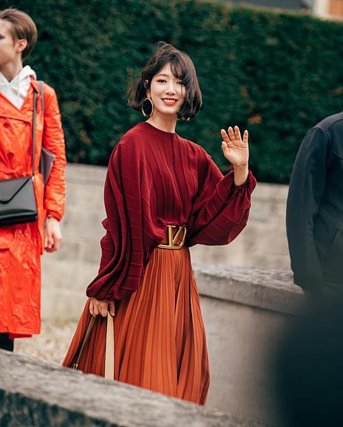 Đầu tháng 3 vừa qua, Park Shin Hye có màn lột xác ngoạn mục, trở thành khách mời nổi bật nhất nhì khi dự show Valentino thuộc khuôn khổ Tuần lễ thời trang Paris. Kiểu tóc bobkhiến Park Shin Hye trông cá tínhhơn hẳn nhưng không mất đi sự duyên dáng vốn có.