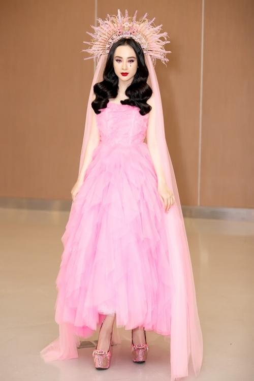Angela Phương Trinh là mỹ nhân đầu tiên diện thiết kế này. Cô chiếm spotlight tại show diễn của NTK Đỗ Mạnh Cường khi hóa thân thành hình ảnh Đức Mẹ sầu bi.
