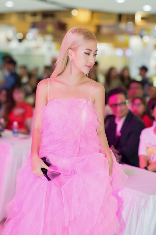 Quỳnh Anh Shyn có phần khác biệt so với các mỹ nhân Việt. Diện váy hồng nữ tính, cô tô điểm sự cá tính cho phong cách bằng kiểu tóc vuốc ngược về phía sau và lối make up sắc sảo.