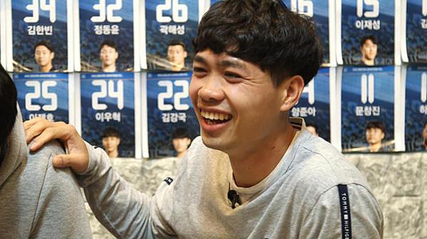 Tiền đạo số 23 của Incheon United khá lạc quan, anh cười thả ga khi xuất hiện trên phóng sự.