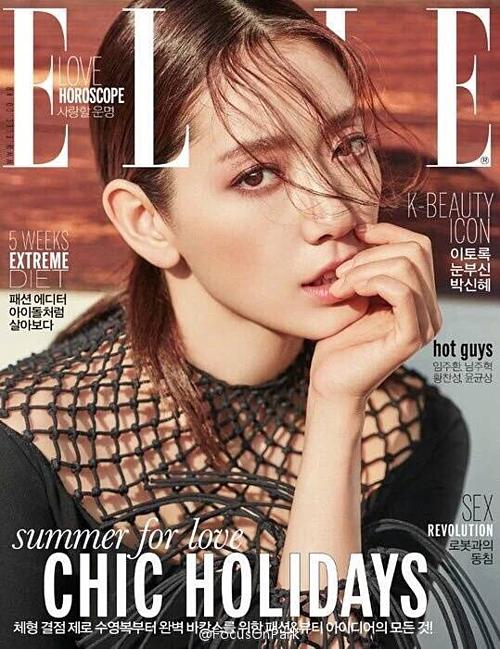 Người đẹp sinh năm 1990 diện trang phục thuộc bộ sưu tập Xuân Hè 2016 trên bìa ELLE.