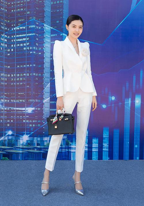 Người đẹp còn sở hữu bộ sưu tập túi xách Hermes giá từ vài trăm triệu đồng đến hơn nửa tỷ đồng.