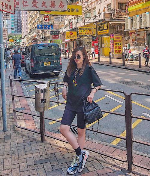 Yến Nhi là một trong những sao Việt đầu tiên lăng xê kiểu quần khá kén vóc dáng, chỉ hợp với những nàng có vóc dáng mi nhon và thần thái thật sang chảnh này.