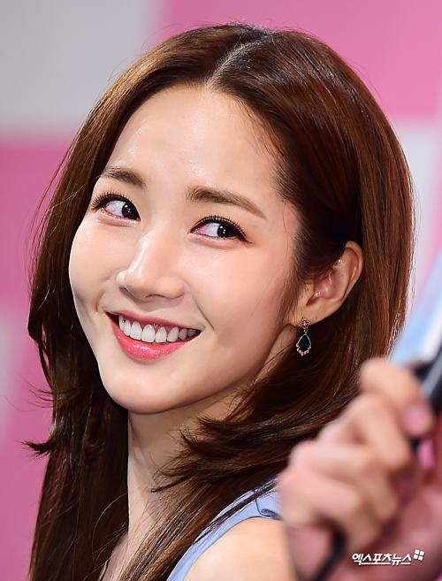 Cận cảnh làn da căng mịn không tì vết của Park Min Young.